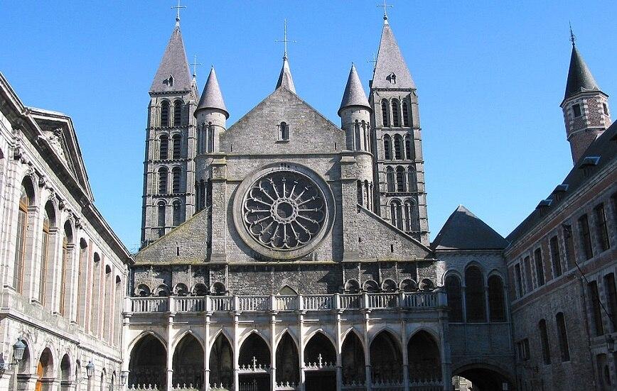 中世の美しい西洋建築 ベルギーの世界遺産トゥルネーのノートルダム大聖堂