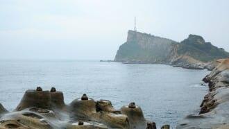新北市万里区の燭台石付近から望む野柳岬