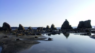 水面の反射も美しい、和歌山県串本町の橋杭岩
