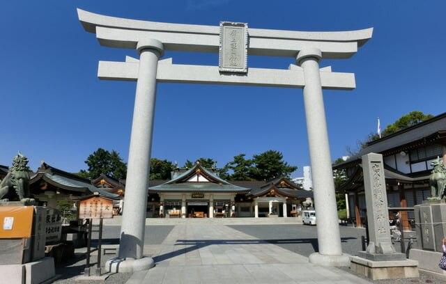 護国神社の鳥居と拝殿 正面から