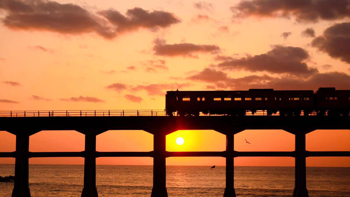 【山口/阿武】惣郷川橋梁は夕日、列車と海が美しい鉄道橋!アクセスも解説