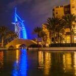 夜景のなか青く光るブルジュ・アル・アラブ