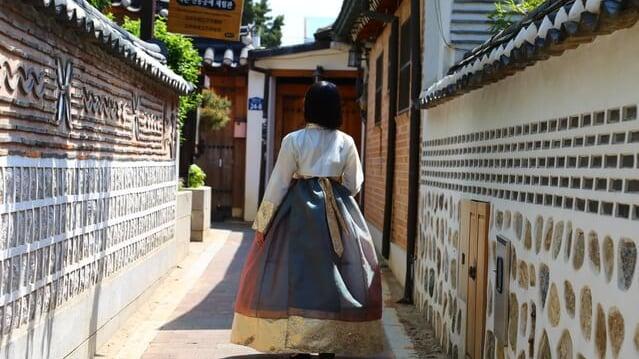 北村韓屋村をチマチョゴリを着て歩く