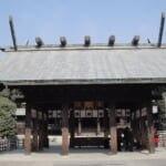 宮崎神宮本殿の前