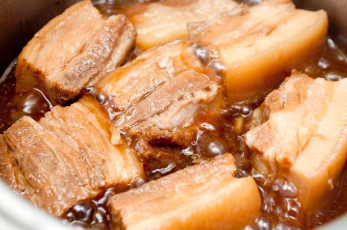 鍋で茹でる豚肉ラフテー