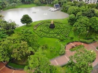 タイのバンコクにあるベンチャシリ公園次のスクンビット通りの風景