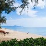 観光客とマイカオビーチで青い海と広いビーチ - プーケット