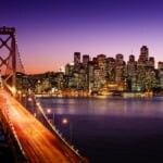 ベイブリッジとサンフランシスコの街並みの夕暮れ