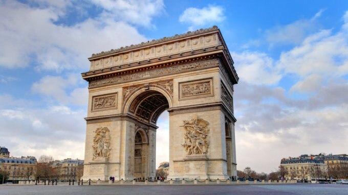 美しく洗練されたパリの雰囲気を持つシャンゼリゼ大通り
