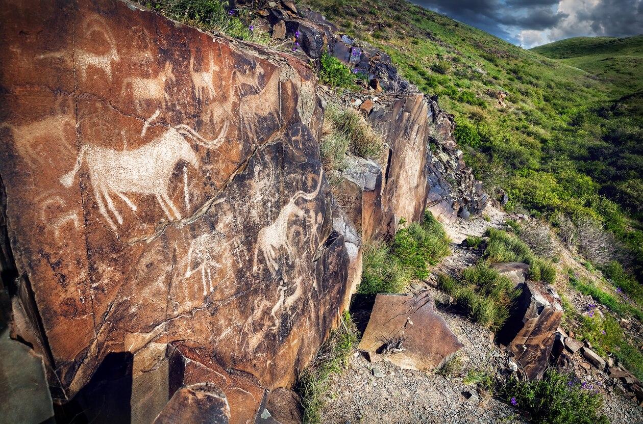 5000点を超える岩絵!タムガリの考古的景観にある岩絵群