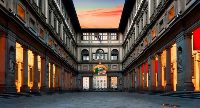 イタリアの美術館:ウフィツィ美術館(フィレンツェ)の広場 デグリウフィツイ
