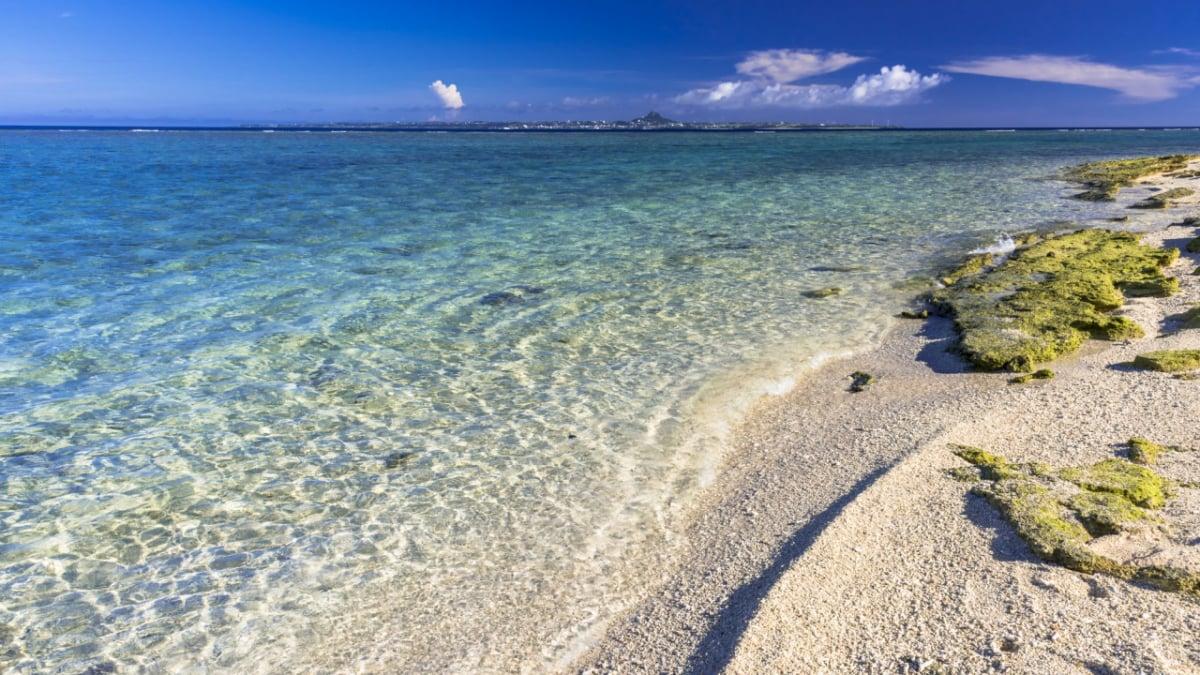 瀬底ビーチは沖縄本島で1番の抜群の透明感!海水浴と景色を楽しもう