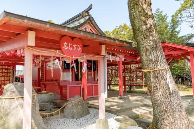 ハートとピンク色のコントラストが特徴的な福岡の恋木神社