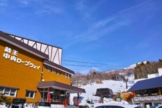 冬の蔵王中央ロープウェイ温泉駅の風景