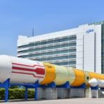 筑波宇宙センターの正門に設置された「H-IIロケット」の実機