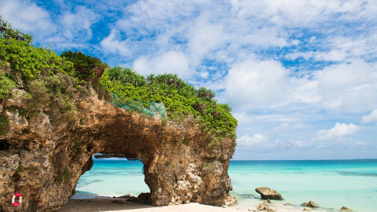 【宮古島】砂山ビーチで白い砂浜と青い海を堪能!岩のアーチが印象的♪