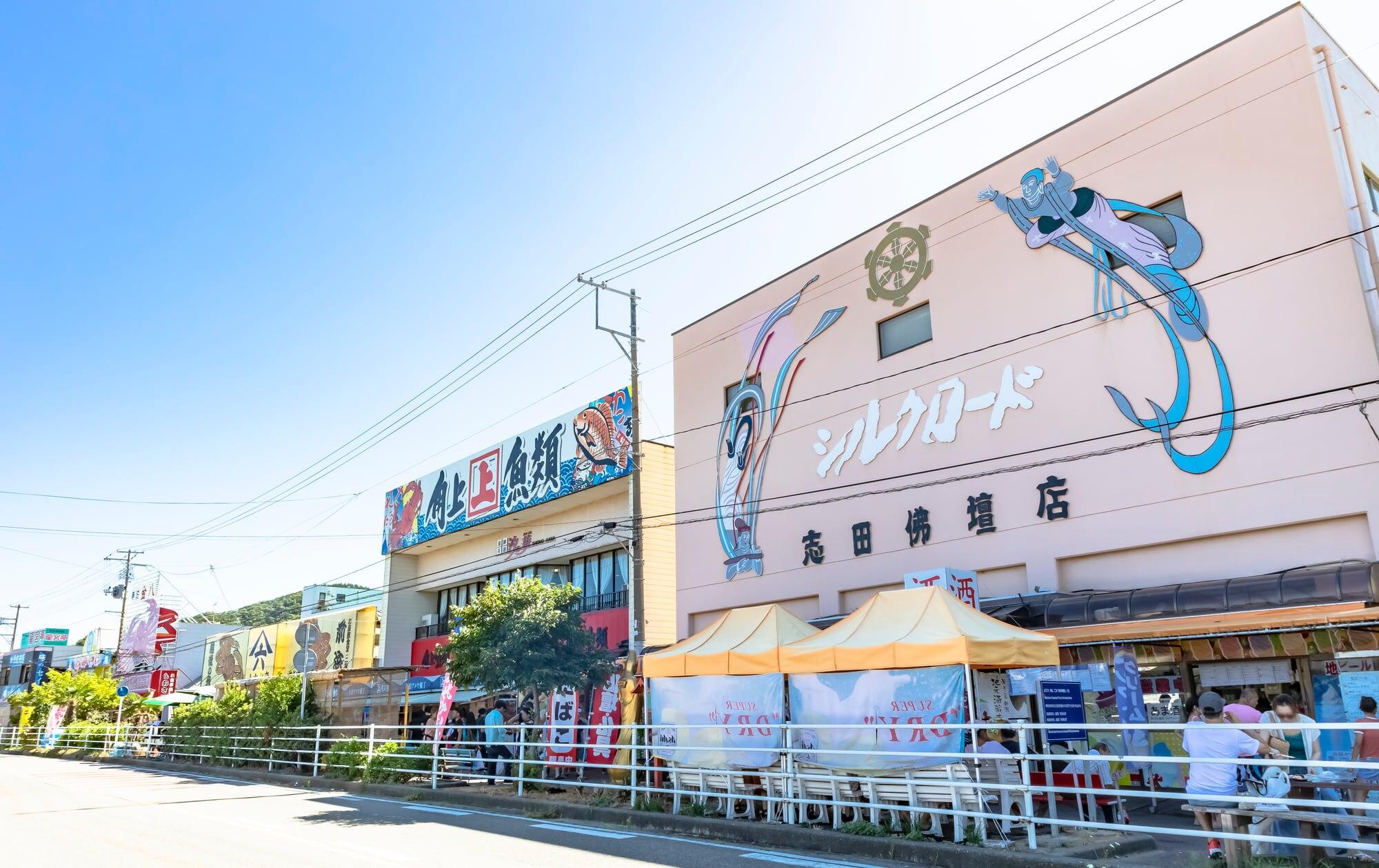新潟の人気グルメスポット!寺泊魚の市場通りで海の幸を堪能!