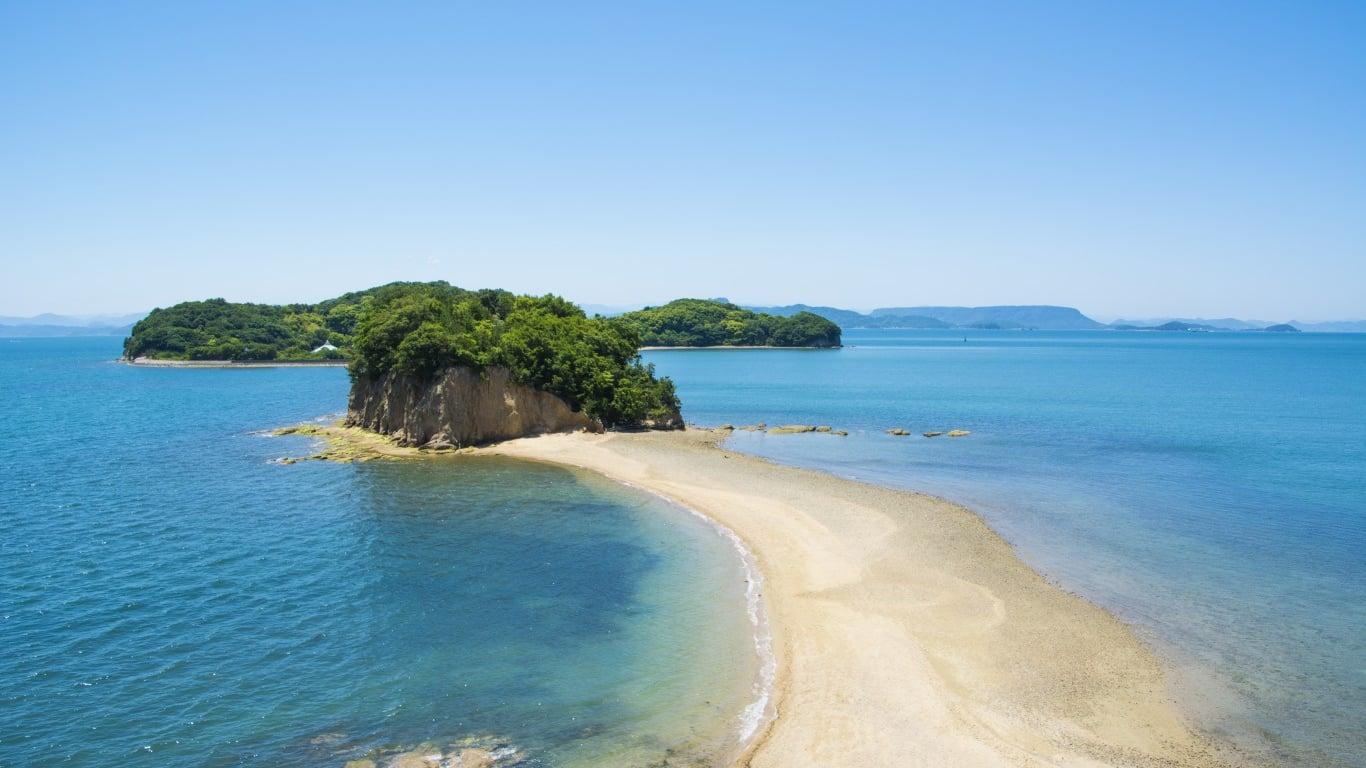 小豆島一の人気スポット「エンジェルロード」でロマンチックな観光を