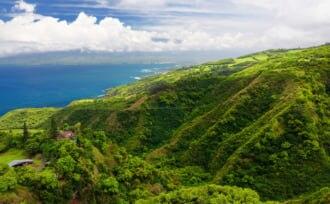 ワイヒー・リッジ・トレイルからカフルイとハレアカラ国立公園を見下ろす素晴らしい風景、アメリカ、ハワイ州マウイ島