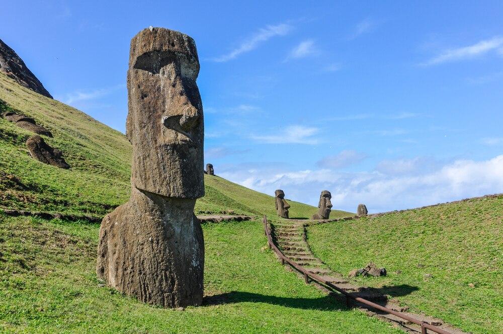 太平洋に浮かぶ神秘の孤島!チリ・イースター島の観光スポット7選